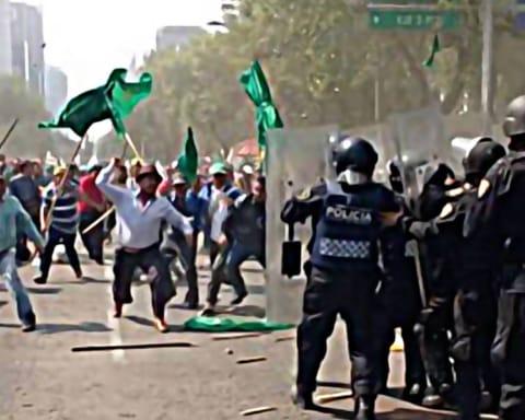Chocan en la Ciudad de México granaderos y manifestantes contra el eclipse solar 5