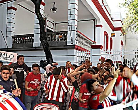 Seguidores de las Chivas le piden a AMLO que los ayude a ganar 2