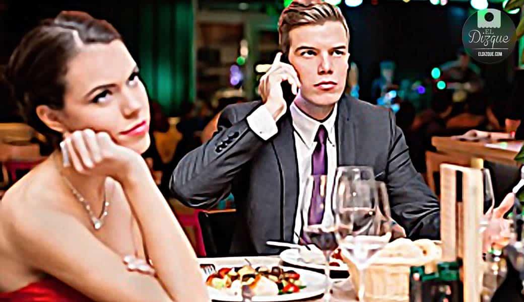 Usar el celular en la cena de Navidad contará como violencia doméstica 1